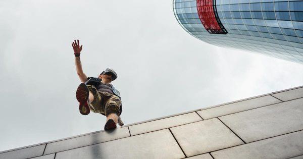 Uomo che cammina su un palazzo utilizzando la realtà virtuale