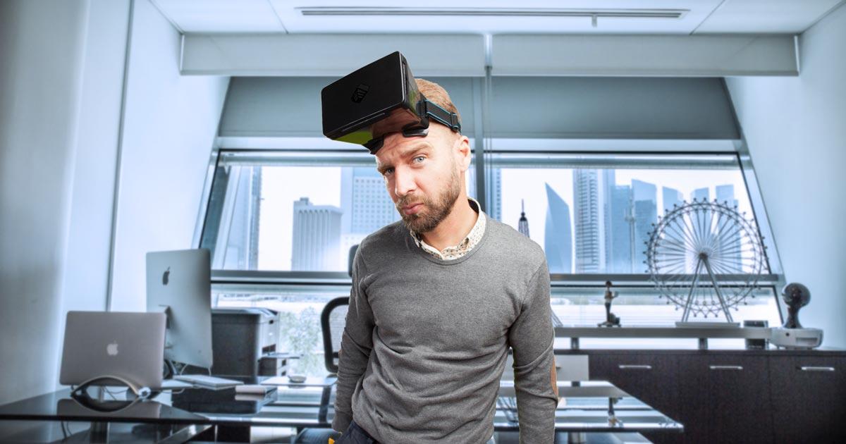 Architetto che utilizza la realtà virtuale nel suo ufficio