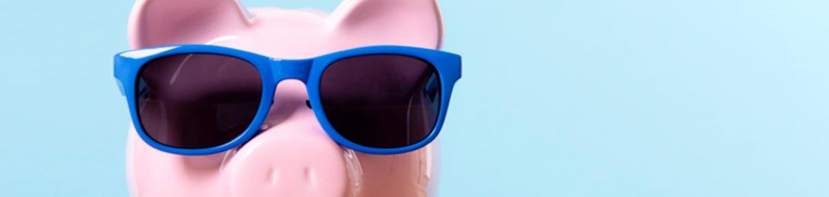 maiale salvadanaio con occhiali